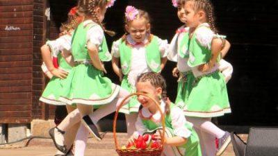"""Таланти от частните градини и училища на фестивал """"Нашите корени"""""""